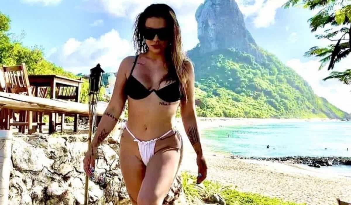 Cleo posa de biquíni em praia paradisíaca durante lua de mel em Noronha